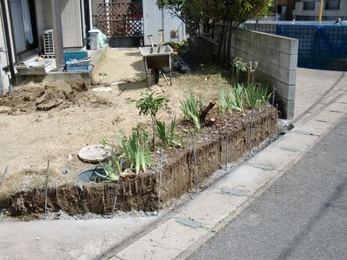 駐車場工事 ~ 塀やフェンスの壊し_d0165368_1685854.jpg