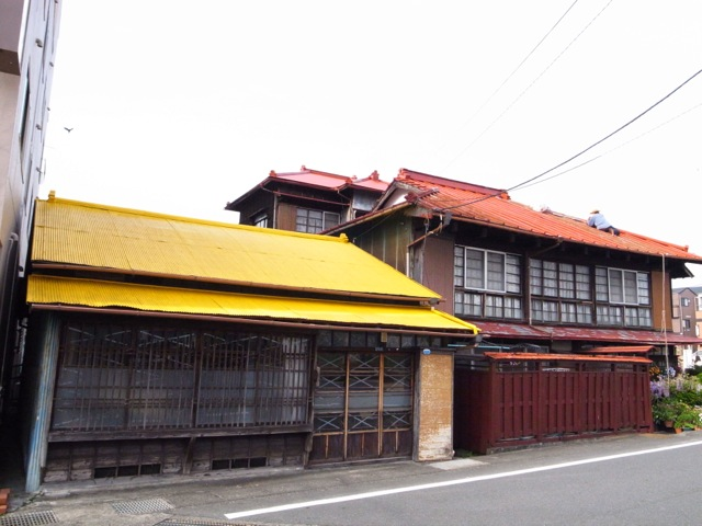 yellow roof & red roof_d0057843_207518.jpg