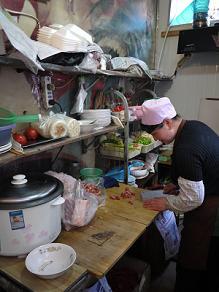 ネットカフェ前の西方料理店にて鶏肉のピロピロ麺_c0030645_1923658.jpg