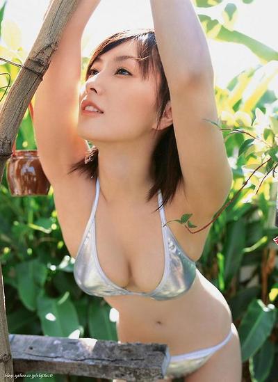 緑の中にいる長澤奈央