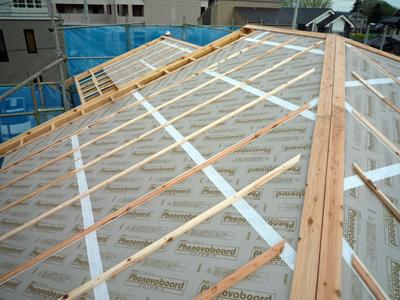 屋根垂木をかけると家の大きさがあらわになります。_a0148909_10274921.jpg