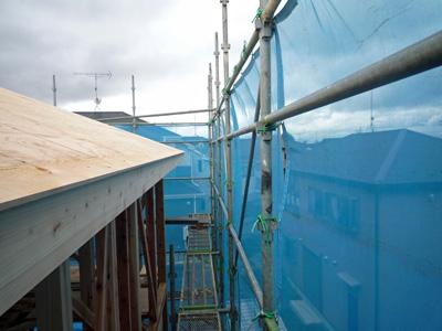 屋根垂木をかけると家の大きさがあらわになります。_a0148909_10285673.jpg