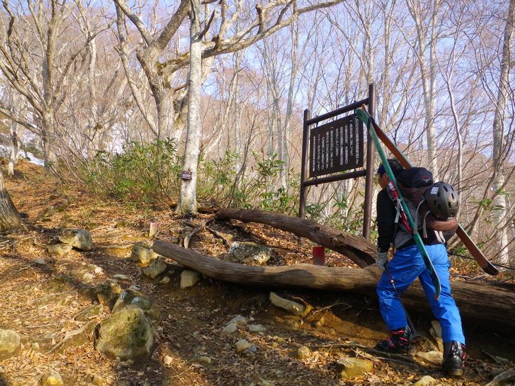 登り1/3は板を担いだ会津駒ヶ岳 ~ 2012年5月6日_f0170180_2216692.jpg
