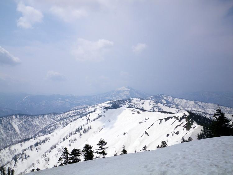 登り1/3は板を担いだ会津駒ヶ岳 ~ 2012年5月6日_f0170180_22424023.jpg