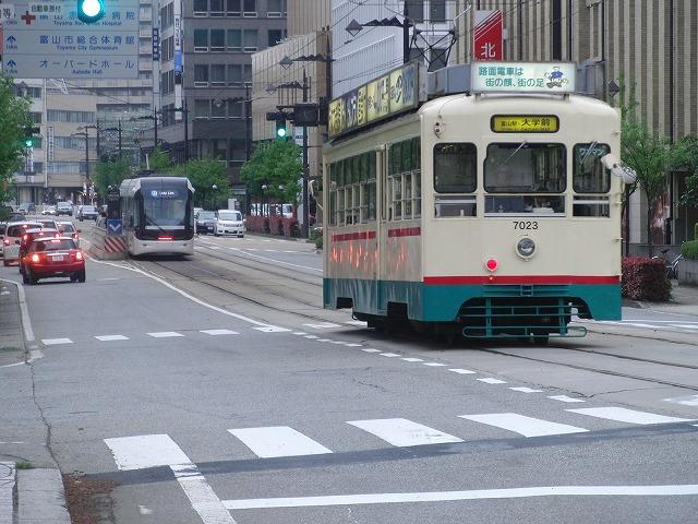 セントラムとポートラム(LRT)が走る街 富山市_f0141310_8212584.jpg