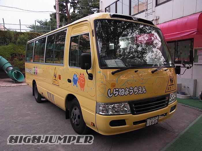 幼稚園バスへのピンストライプ_c0223486_23422766.jpg
