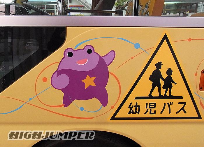 幼稚園バスへのピンストライプ_c0223486_2343316.jpg