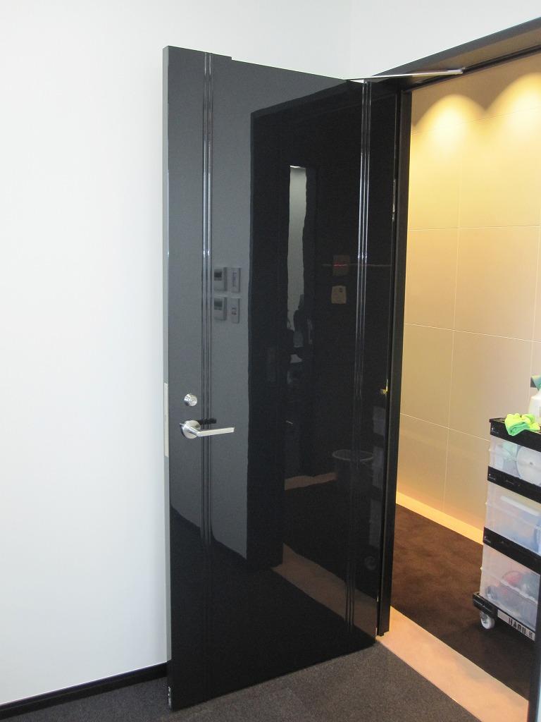 オフィスの扉へのガラスコーティング(GT-C)、取付後はこのような感じです。_d0147165_144908.jpg