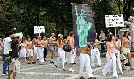 ニューヨークの街角にトップレス姿の女性が増えるかも???_b0007805_8325597.jpg