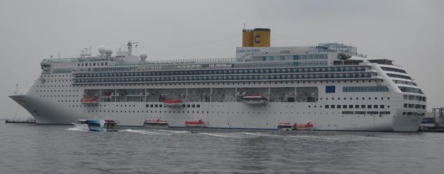 コスタ社の客船が。_f0166694_2142137.jpg