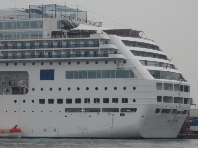 コスタ社の客船が。_f0166694_21495368.jpg