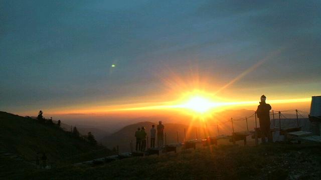 久々に きれーな 夕日になりました。今朝の気温は 4℃。現在は 8℃。暖かい夕暮れです。_c0089831_1911211.jpg