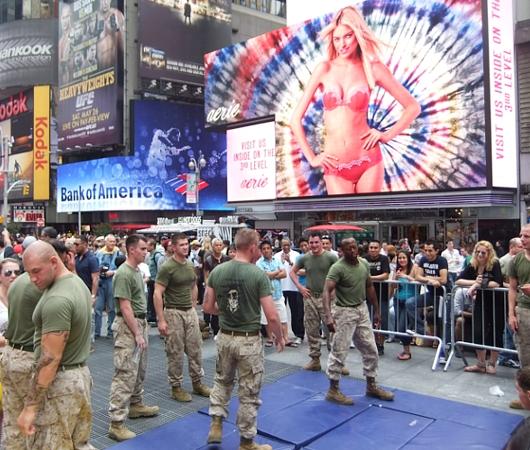 NYのタイムズ・スクエアからフリート・ウィークのイベント風景_b0007805_1250025.jpg