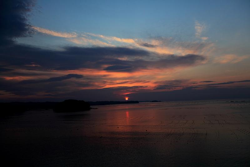 5/19朝早く目が覚めた 静かで美しい日の出 漁船が出ている _a0160581_4483765.jpg