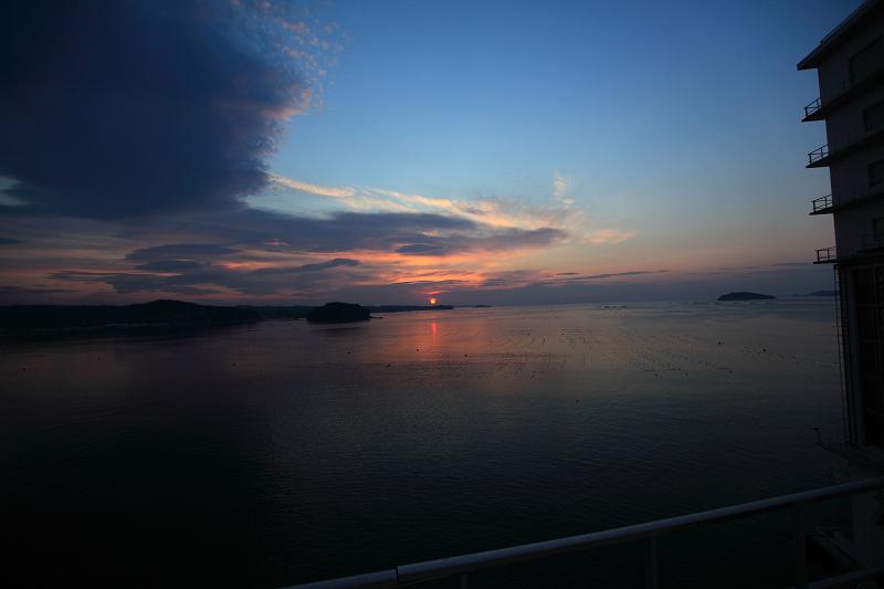 5/19朝早く目が覚めた 静かで美しい日の出 漁船が出ている _a0160581_449070.jpg