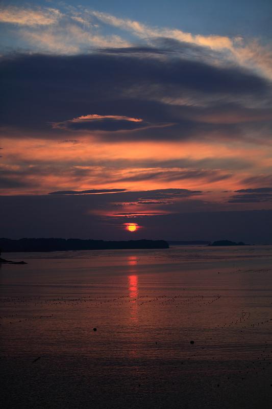 5/19朝早く目が覚めた 静かで美しい日の出 漁船が出ている _a0160581_4492693.jpg