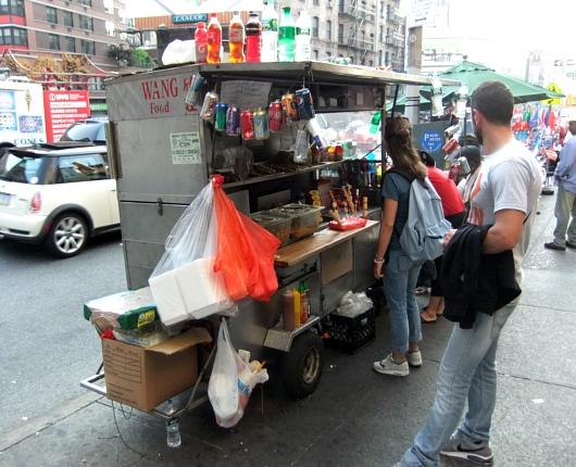 2ドルで満足、暑い日にピッタリなニューヨークのチャイナタウンにある屋台のピリ辛やきそば_b0007805_1129666.jpg
