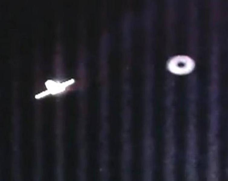 民間宇宙船スペース・ドラゴンの回りを飛び交う、宇宙を飛ぶ円盤の数々!?_e0171614_1519583.jpg