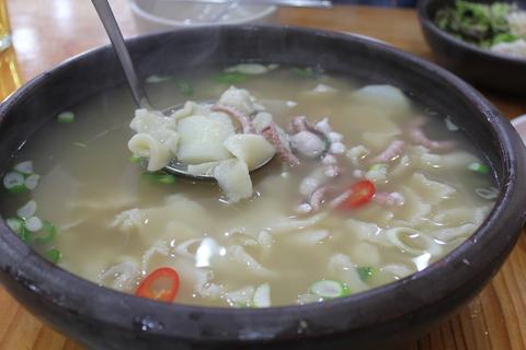 「スジェビ」っておいしい!ソウルのタコの海鮮スジェビ屋さん。_a0223786_16241040.jpg