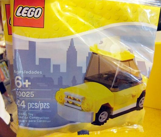 レゴ・ストア、ニューヨーク店限定の自由の女神様とイエローキャブはこんな感じ_b0007805_10393359.jpg