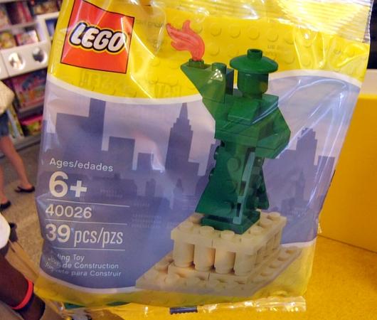 レゴ・ストア、ニューヨーク店限定の自由の女神様とイエローキャブはこんな感じ_b0007805_1039515.jpg