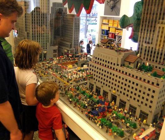 レゴ・ストア、ニューヨーク店限定の自由の女神様とイエローキャブはこんな感じ_b0007805_10422190.jpg