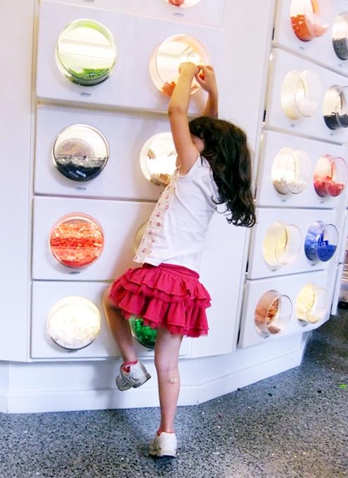 NYにオープンしたレゴ・ブロック専門店のPick a Brickコーナー_b0007805_10542245.jpg