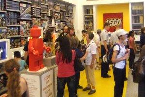 レゴ・ストア、ニューヨーク店限定の自由の女神様とイエローキャブはこんな感じ_b0007805_1154942.jpg