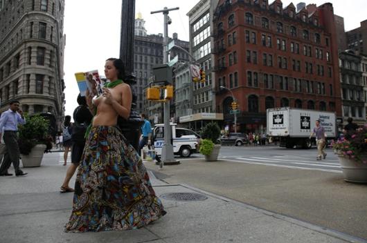 ニューヨークで注目の野外トップレス読書会_b0007805_9152762.jpg