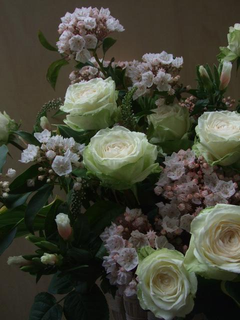 オークリーフ(薔薇・イノセントと白いカルミアのアレンジメント)_f0049672_184188.jpg