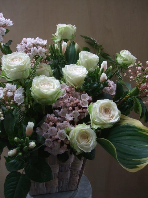 オークリーフ(薔薇・イノセントと白いカルミアのアレンジメント)_f0049672_1845647.jpg