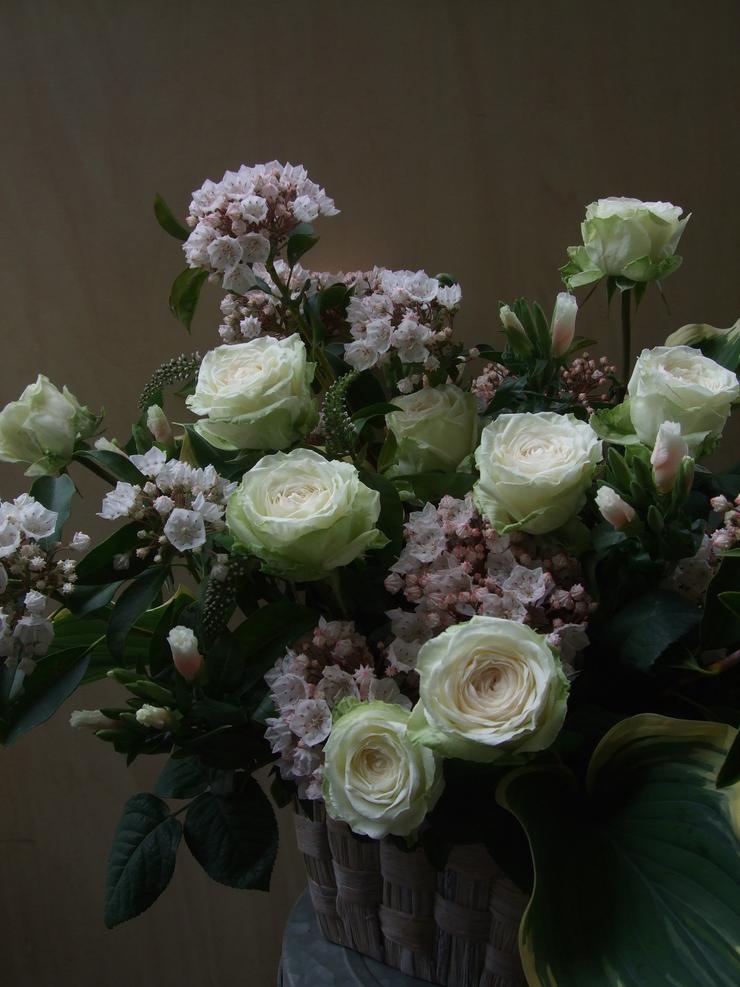 オークリーフ(薔薇・イノセントと白いカルミアのアレンジメント)_f0049672_1853794.jpg