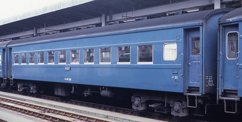 客車の屋根の色は??_f0203926_2323194.jpg