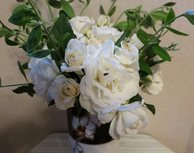 白バラのアレンジメント_e0233674_10404750.jpg
