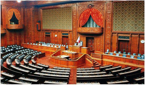 衆議院玄関(左)、ここで行われる記念撮影はお馴染み。 国会開催日当日 ... 東京散歩 衆議院へ
