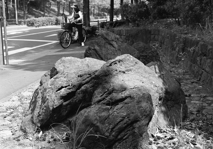 岩と横断歩道_c0182775_21173426.jpg