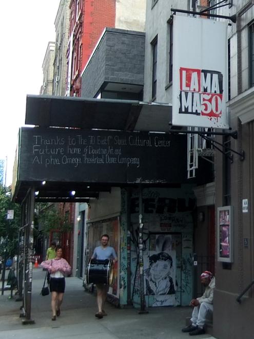 NYの古くから続く劇場街4th Street、別名「フォース・アート・ブロック」のストリート・アート_b0007805_23393230.jpg