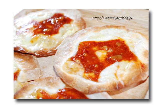 チャンジャ の ひとくちピザ ......... 余った餃子の皮を使って ☆_d0069838_1044199.jpg