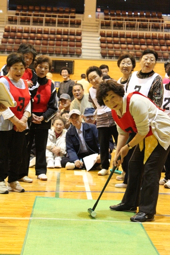 体を動かして仲間と交流を深める 十和田市老人クラブ連合会軽スポーツ大会_f0237658_16583538.jpg