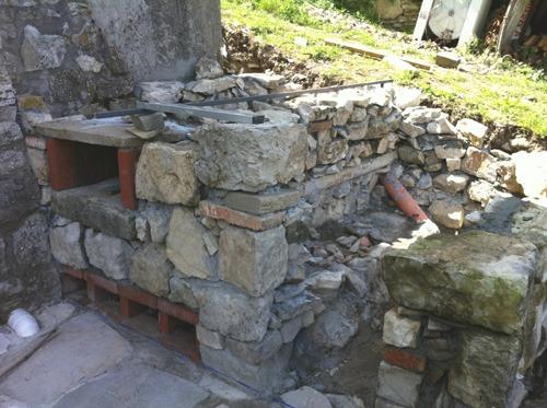 石窯、基礎ほぼ完成~アントネッロの自分で作る石窯_f0106597_235121.jpg