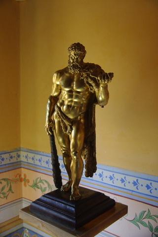 キューバ (37) トリニダー旧市街のロマンティコ博物館の調度品 _c0011649_13312865.jpg