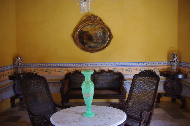 キューバ (37) トリニダー旧市街のロマンティコ博物館の調度品 _c0011649_13384612.jpg