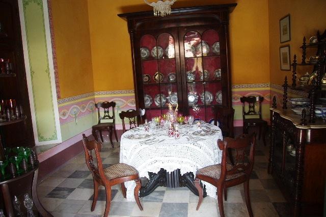 キューバ (37) トリニダー旧市街のロマンティコ博物館の調度品 _c0011649_1339414.jpg