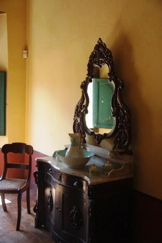 キューバ (37) トリニダー旧市街のロマンティコ博物館の調度品 _c0011649_1340043.jpg