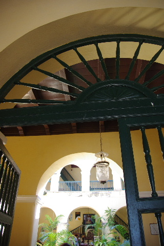 キューバ (36) トリニダー旧市街のロマンティコ博物館 _c0011649_5574374.jpg
