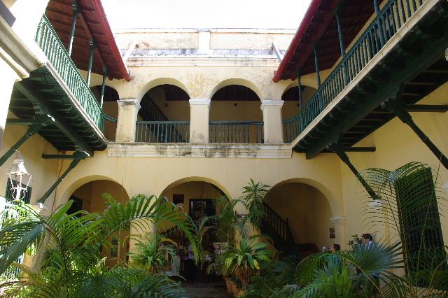 キューバ (36) トリニダー旧市街のロマンティコ博物館 _c0011649_5584299.jpg