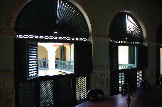 キューバ (36) トリニダー旧市街のロマンティコ博物館 _c0011649_6102.jpg