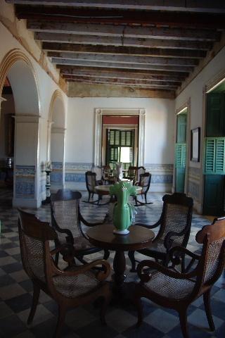 キューバ (36) トリニダー旧市街のロマンティコ博物館 _c0011649_695897.jpg