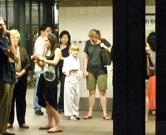 ニューヨークの地下鉄の駅で見かけた空手少女_b0007805_11135587.jpg