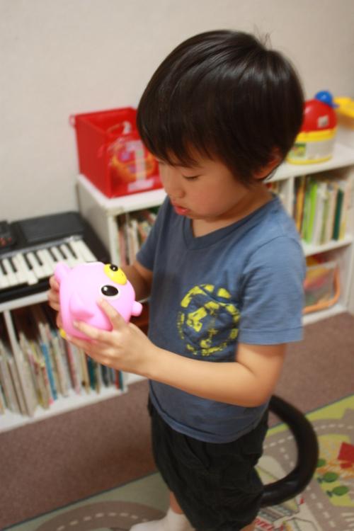おもちゃショーで見つけた赤ちゃんの鳴き声みたいなおもちゃのしくみが気になる様子_d0258334_2035115.jpg